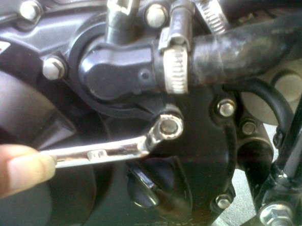 buka baut waterpump pake kunci ring/sok 8