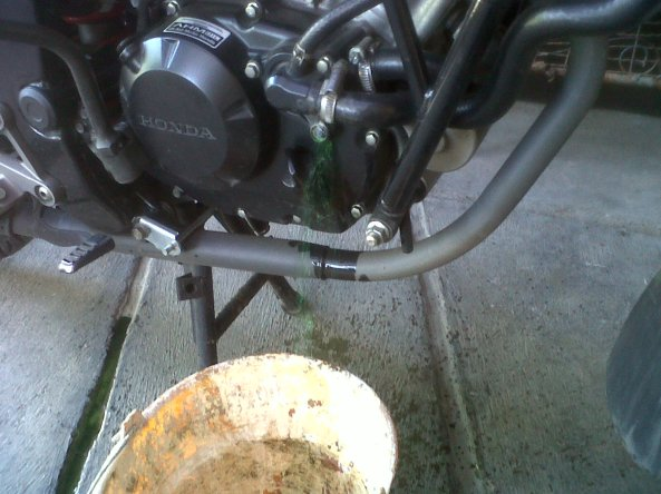 tampung cairan radiator di ember