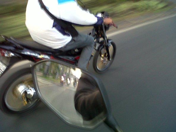 maaf, jangan ditiru, ambil foto sambil riding :-)