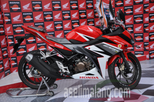 cbr merah lagi nyamar di background merah :lol: