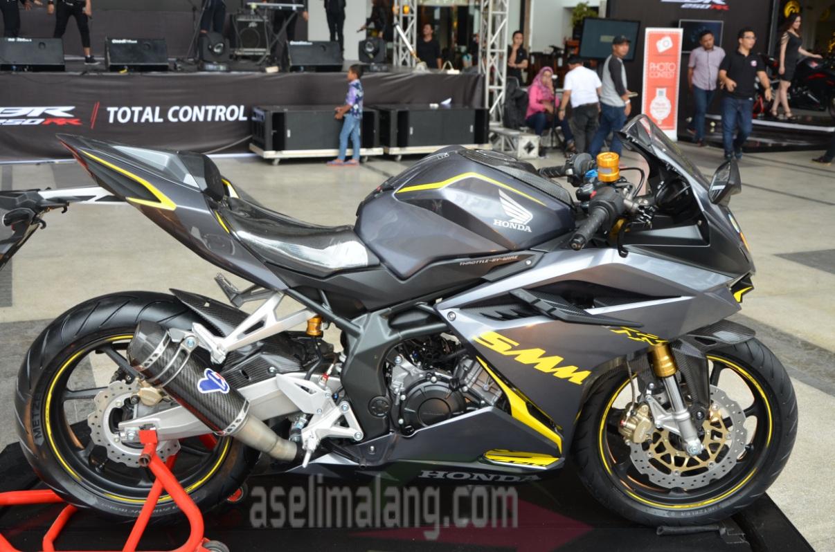 Honda CBR250RR Sedang Dimodifikasi Oleh Jawara Honda Modif Contest