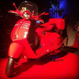 Vespa-946-RED-detail-with-accessories-